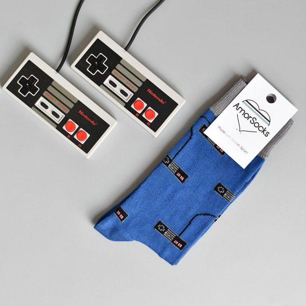 AmorSocks-calcetines-socks-mandos-nintendo-nes-azul-blue-gris-grey-cuadrado